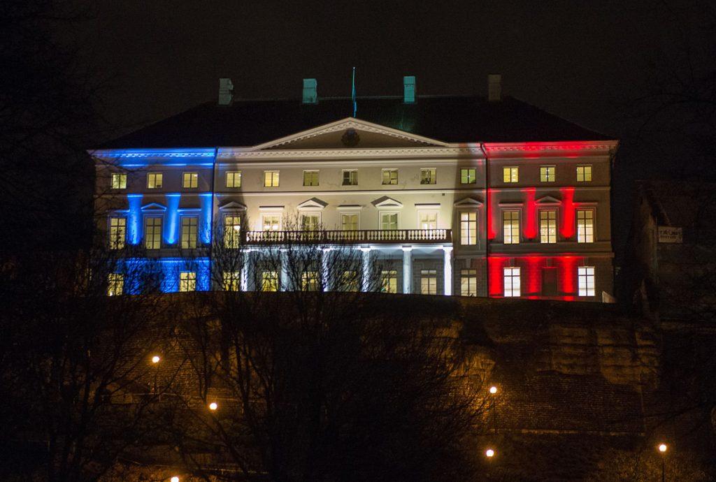 Парламентът на Естония - също озарен в цветовете на френското знаме
