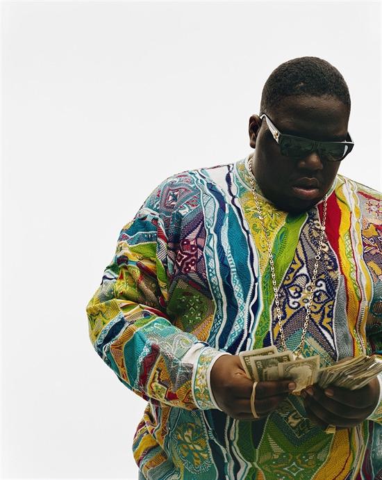"""Годината е 1996, а великият The Notorious B.I.G., облечен в Coogi пуловер, брои пари във фотосесия за списание Vibe. """"Беше много натоварена фотосесия"""", спомня си Дана Ликсенбърг. """"Много хора се суетяха наоколо. В един момент, Biggie искаше един от хората му да направи някаква поръчка, поради което извади голяма пачка пари и започна да ги брои. Той просто беше себе си. До някаква степен се фукаше, но стана добра снимка""""."""