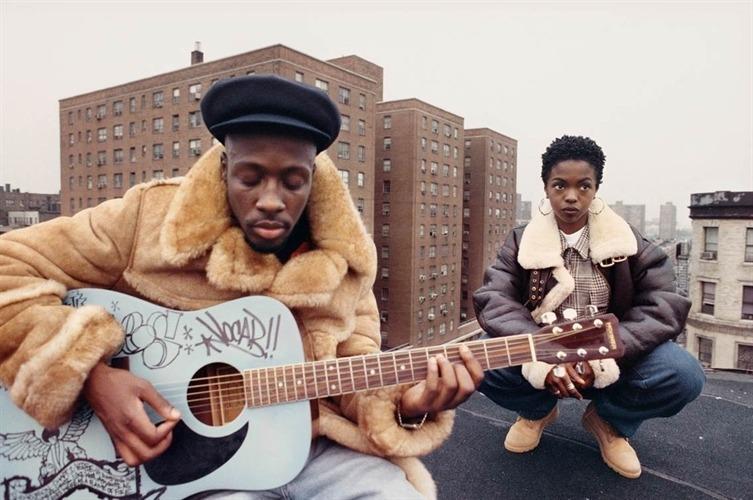 """Лиса Леоне заснема двама от членовете на The Fugees, докато Wyclef и Lauryn Hill стоят на покрива на сграда в Източен Харлем, снимайки видео към песента """"Vocab""""."""