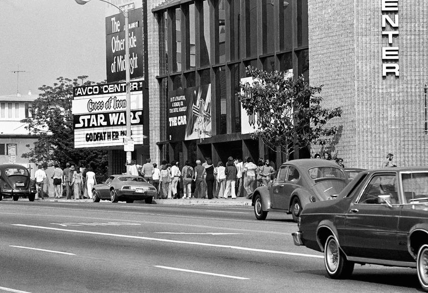 """7 юни, 1977 година - кино Avco Center в Лос Анджелис. Билетите за """"Междузвездни войни: Нова надежда"""" са разпродадени за всяка една прожекция, а хайпът по франзайза тепърва се заражда."""