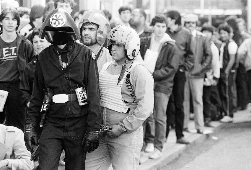 """Костюмирани фенове на """"Междузвездни войни"""" радват тълпата в Бостън, преди първата прожекция на """"Завръщането на джедаите"""""""