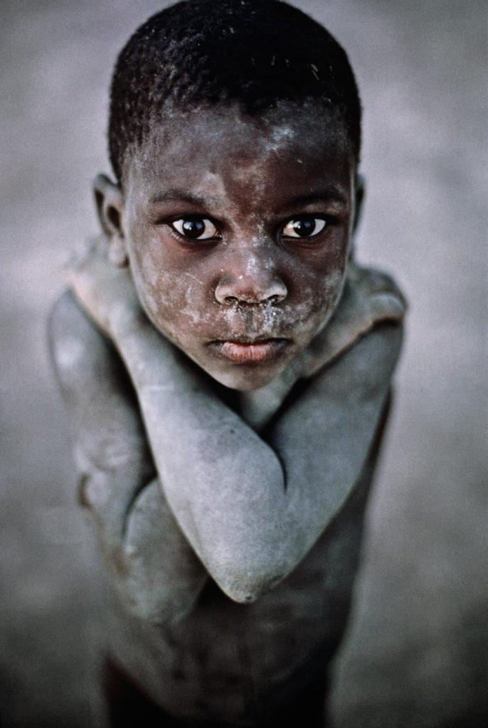 Малко дете от Мали застава пред обектива на МакКъри