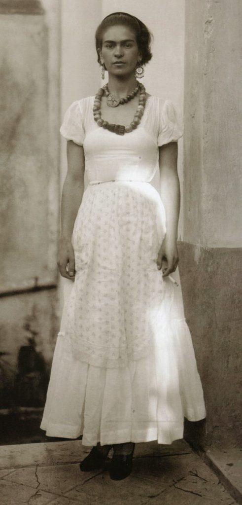 С цигара в ръка - Фрида Кало през 1929 година