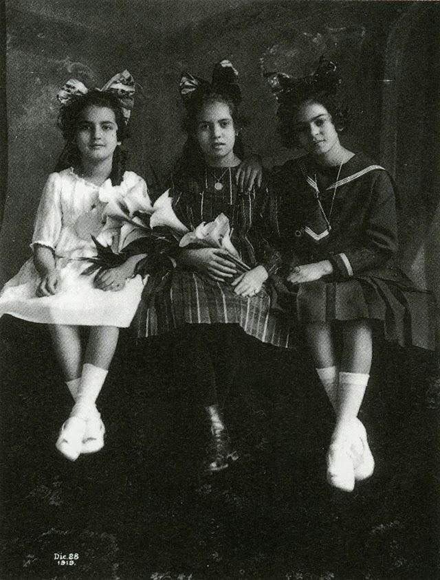 Фрида (крайната вдясно) със сестра си Кристина (вляво) и най-добрата си приятелка Изабел Кампос (в средата), 1919