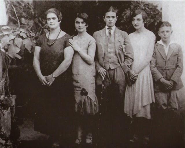 Фрида Кало (в средата) с мъжки дрехи, в компанията на своите сестри Адриана и Кристина, както и братовчедите си Кармен и Карлос Вераса, 1926