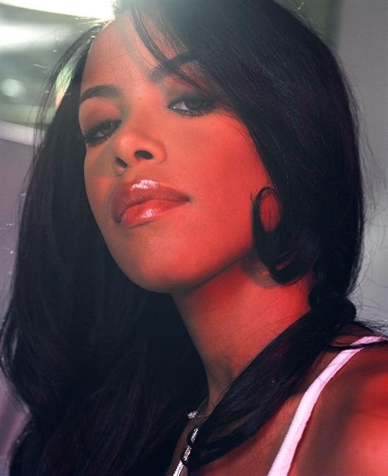 Едва година преди трагичната си смърт, прелестната Aaliyah позира пред обектива на Ерик Джонсън във фотосесия за списание Entertainment Weekly