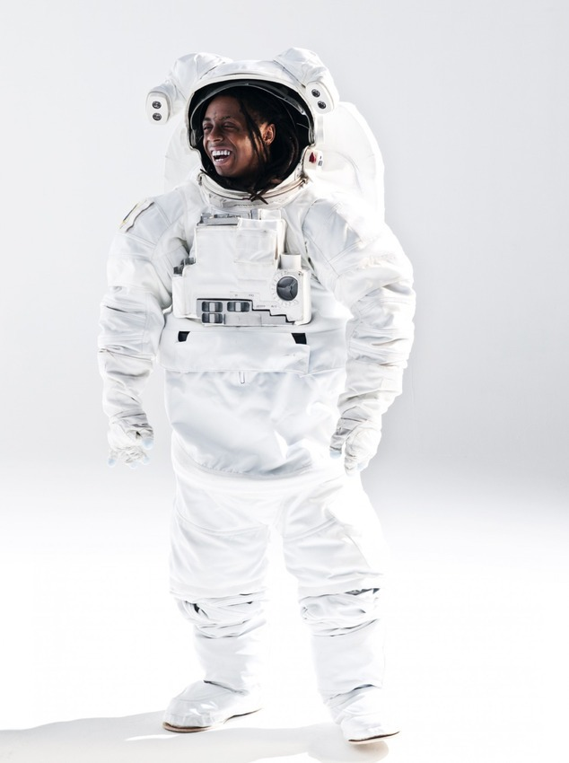 През 2008 година Lil Wayne облече масивен астронавтски костюм пред обектива на Джонатан Маниън. Самият Wayne често се определя като марсианец в текстовете си, което и дава отлична идея на фотографа за сесията. Две години по-късно Lil Wayne издаде албум, носещ името I Am Not A Human Being.