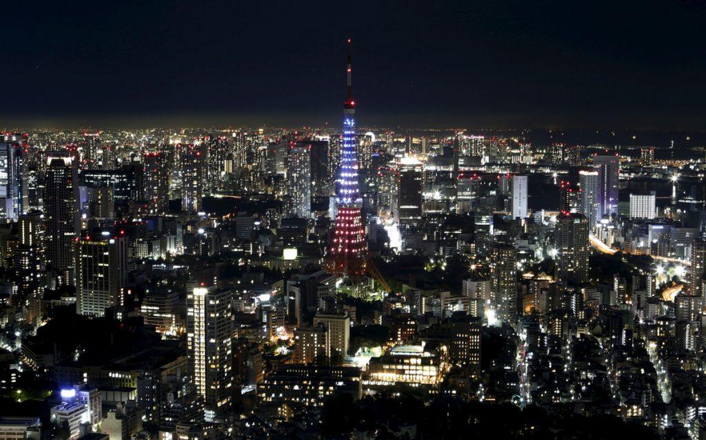 Една от знаковите кули в Токио - също оцветена в цветовете на френския флаг
