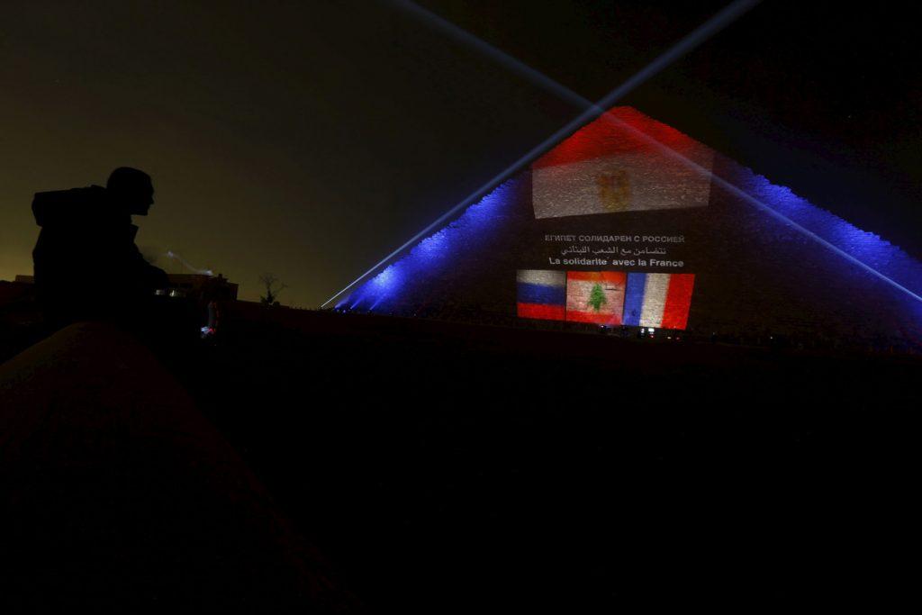 Руският, ливанският и френският флаг върху една от пирамидите в Гиза