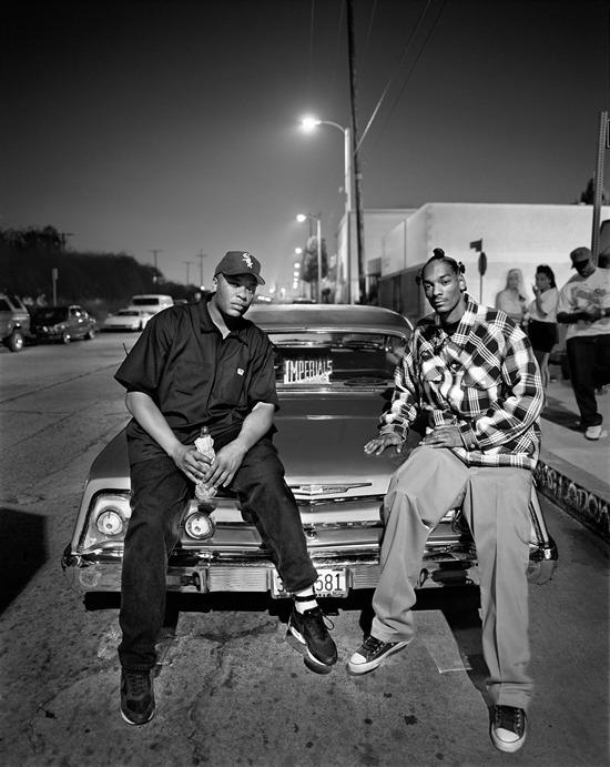 Марк Селиджър е водещият фотограф на Rolling Stone от 1992 до 2002 година. През 1993 година той заснема две от големите имена на гангстерския рап - Dr. Dre и Snoop Dogg, докато двамата стоят на капака на Cadillac de Ville в родния си Лос Анджелис. По това време Dre тъкмо е издал легендарния си дебютен албум The Chronic, докато Snoop е тепърва прохождащо име на хип-хоп сцената.