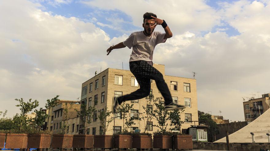 Хип-хоп танцьор показва умения пред Националния театър в Техеран