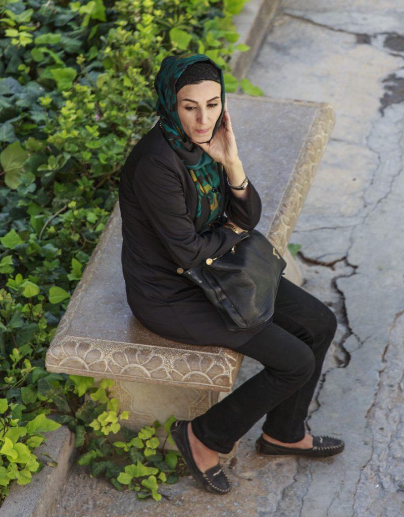 Пазарът в Шираз и жена, отдала се на мислите си