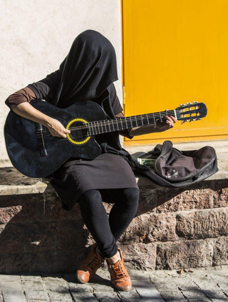 Майсторка на китарата в Техеран