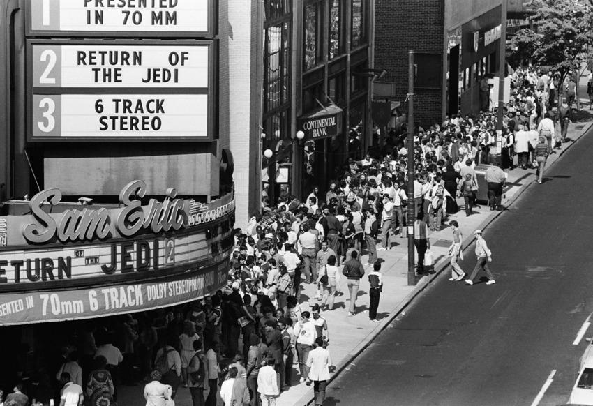 """23 май, 1983 година - фенове се редят на Chestnut Street във Филаделфия, за да изчакат прожекцията на """"Завръщането на джедаите"""""""