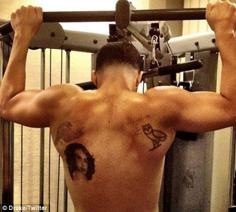 Татуировката на Аалия върху гърба на Drake