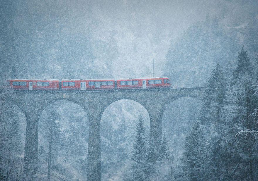 Влак на снежен мост в Швейцария
